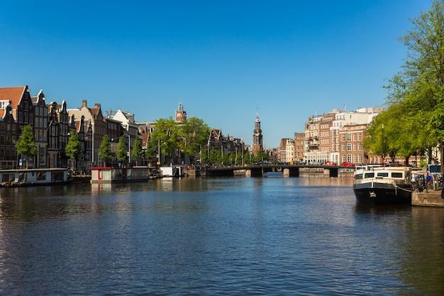Amsterdam, holandia, europa tradycyjne stare wąskie domy łodzie i kanały w amsterdamie, stolicy holandii. zdjęcie wysokiej jakości