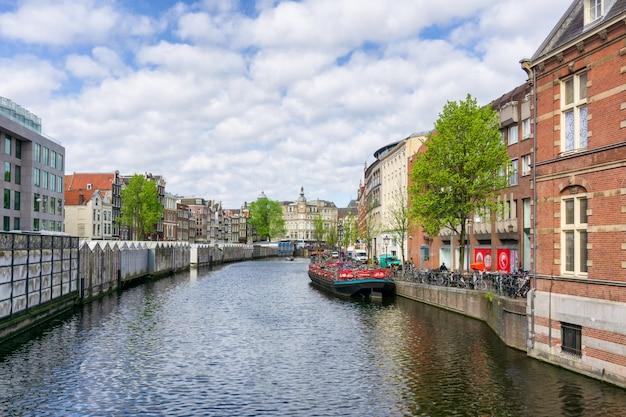 Amsterdam holandia tanczy domy nad rzecznym amstel punktem zwrotnym w starym europejskim mieście