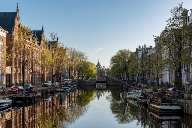 Amsterdam jest stolicą i najbardziej zaludnionym miastem w holandii.