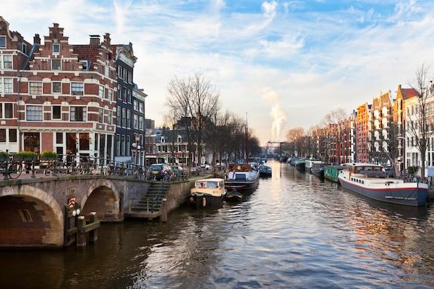 Amsterdamski kanał z łodziami