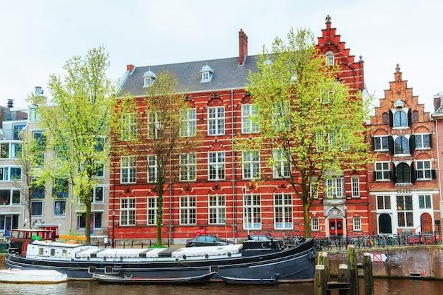 Amsterdamskie kanały i typowe domy.