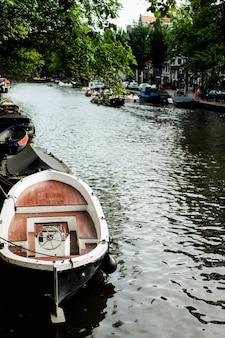 Amsterdamskie kanały, łodzie chodzą po wodzie
