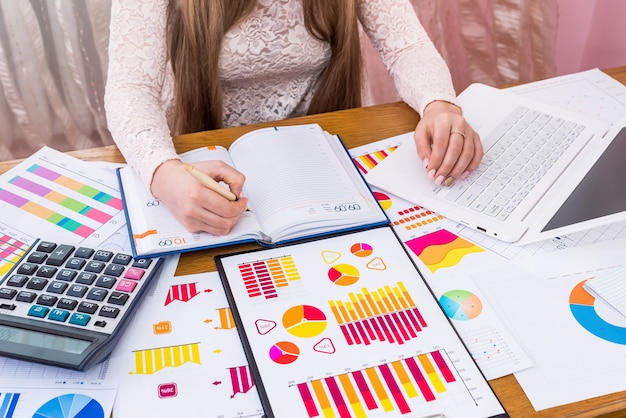 Analityk biznesowy robi notatki w dzienniku