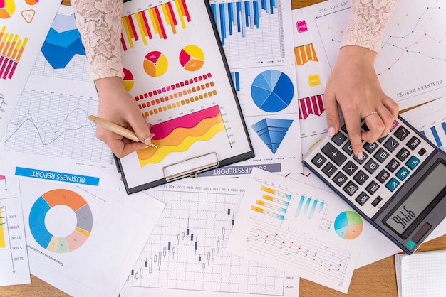 Analityka biznesowa z wykresami, diagramami i wykresami