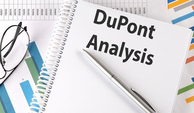 Analiza dupont, długopis i okulary na wykresie