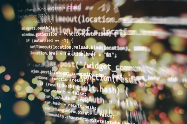 Analiza logów serwera. zbliżenie na rozwój technologii programowania i kodowania. programista pracujący nad kodami stron internetowych w biurze.