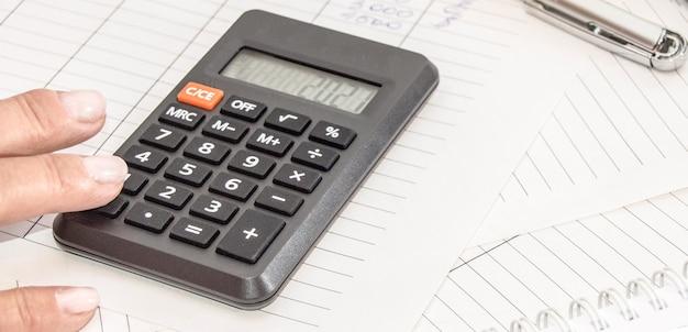 Analiza rynku i raportowanie finansowe za pomocą kalkulatora, koncepcja biznesowa.