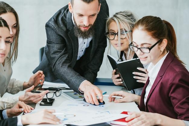Analiza statystyczna. strategia tempa wzrostu przedsiębiorstwa. teamlead wskazując na dokumenty biznesowe.