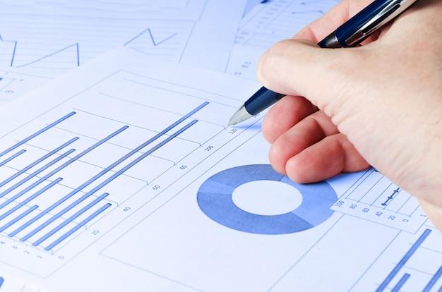 Analizy biznesowe, wykresy i wykresy. schematyczny rysunek na papierze. miejsce pracy kierownika