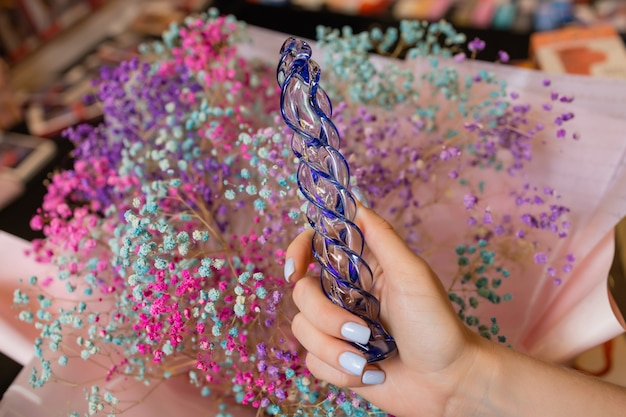 Analny korek analny ze szkła z puszystym ogonkiem z kobiecymi rękami. zabawka do gier dla dorosłych.