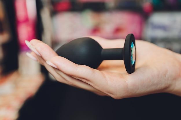 Analny silikonowy korek z puszystym ogonem z kobiecymi dłońmi. zabawka do gier dla dorosłych.