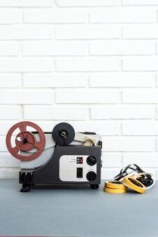 Analogowe Urządzenie Audio I Taśmy Ustawione Na Stole W Pobliżu Białej ściany Z Cegły W Domu Premium Zdjęcia
