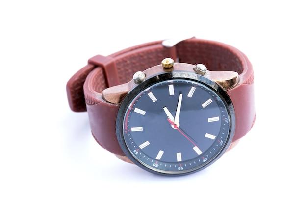 Analogowe zegarki mody na białym tle