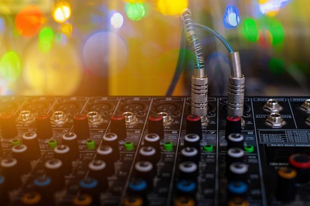 Analogowy mikser dźwięku w sali kontroli dźwięku na rozmytym tle