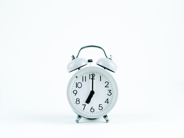 Analogowy zegar na białym tle