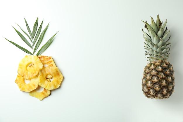 Ananas i plastry z grilla na białym tle.