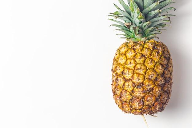Ananas na minimalistycznej białej tablicy