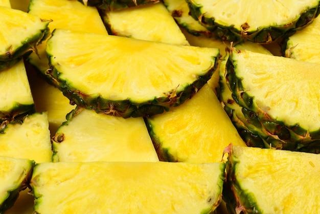 Ananas plastry soczyste żółte. widok z góry.