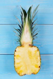 Ananas pokrojony na pół na drewnianym stole