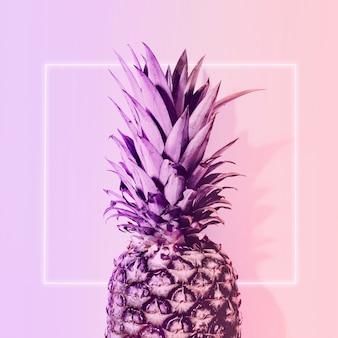 Ananas w neonowym kolorze