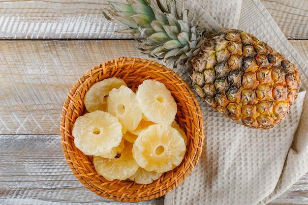 Ananas z kandyzowanymi krążkami na ręczniku kuchennym