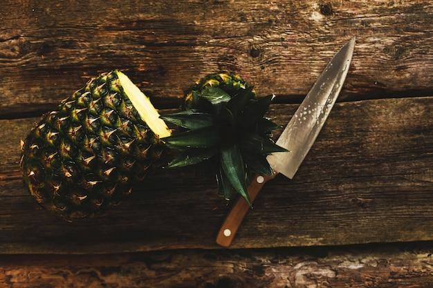 Ananas z nożem