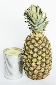 Ananas z puszką konserwowanego ananasa