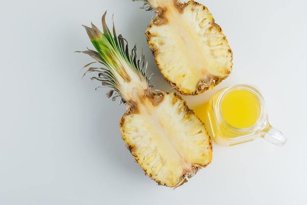 Ananas z sokiem na białej powierzchni