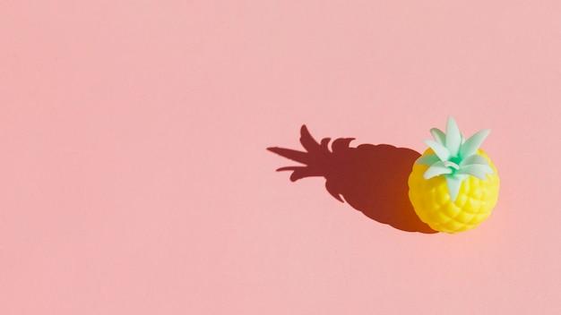 Ananasa wysoki kąt z różowym tłem