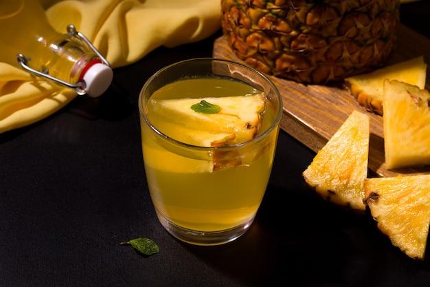 Ananasowy letni zimny napój obok świeżych składników.