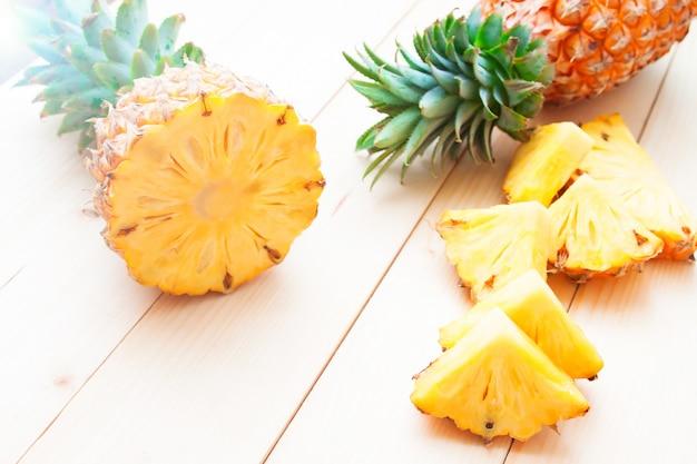 Ananasy ciąć i pokrajać na drewnianym stole