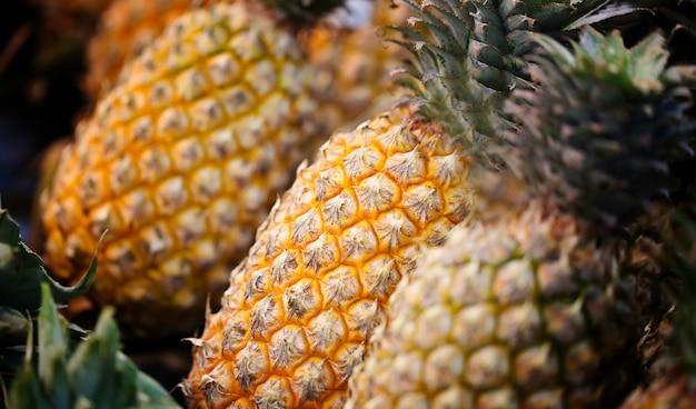 Ananasy do sprzedaży na rynku.