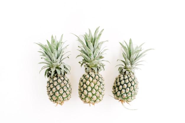 Ananasy na białym tle. kreatywna koncepcja żywności