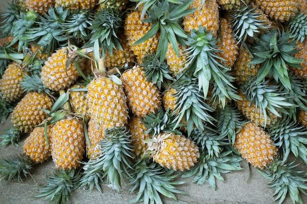 Ananasy są na świeżym rynku.