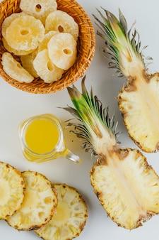 Ananasy z sokiem i kandyzowanymi krążkami