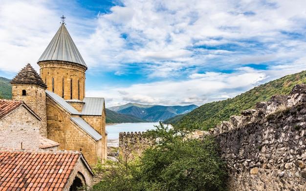 Ananuri to kompleks zamkowy nad rzeką aragvi w gruzji. zamek ananuri znajduje się około 70 kilometrów od tbilisi.