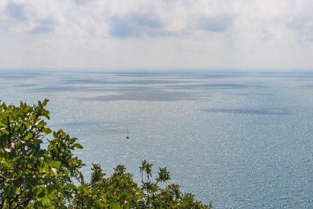 Anapa, rosja - 11 czerwca 2021: kamienista plaża wybrzeża morza czarnego w miejscowości bolshoy utrish pełnej ludzi w jasny słoneczny letni dzień. widok z lotu ptaka.