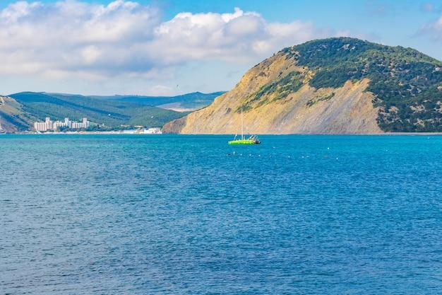 Anapa rosja 11 czerwca 2021 kamienista plaża wybrzeża morza czarnego w wiosce bolshoy utrish