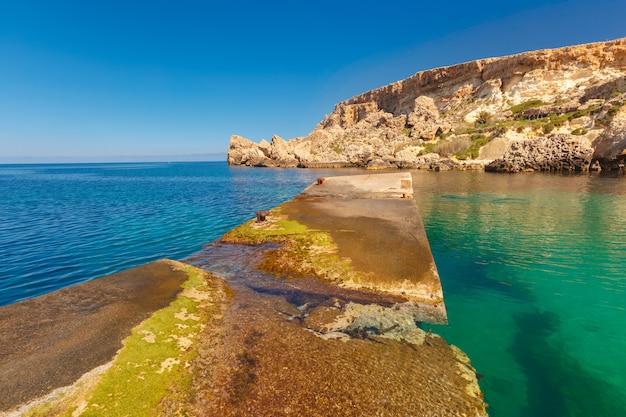Anchor bay i morze śródziemne w słoneczny dzień, malta