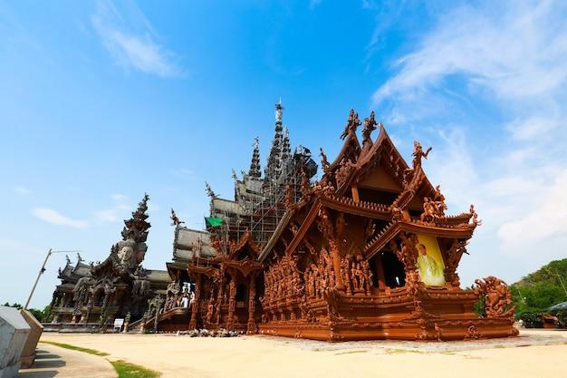 Anctuary budowy świątyni prawdy w pattaya, tajlandia. sanktuarium jest całkowicie drewnianym budynkiem wypełnionym rzeźbami opartymi na tradycyjnym buddyjskim