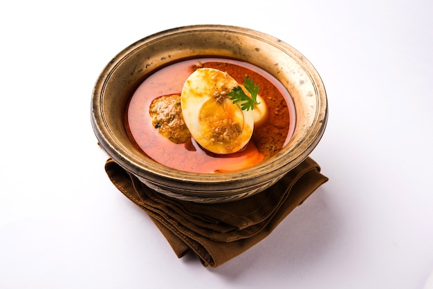Anda curry lub egg masala sos, indyjskie pikantne jedzenie lub przepis, podawane z roti lub naan, selektywne skupienie