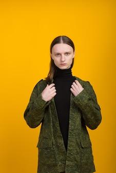 Androgen. androgyniczny charakter na żółtym tle. mężczyzna czy kobieta. styl militarny.