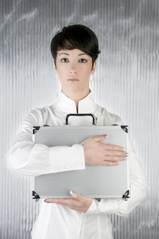 Androgyniczna kobieta trzyma srebrną teczkę