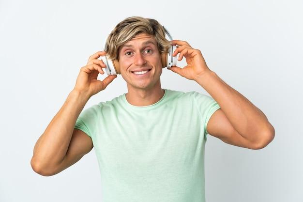 Angielski człowiek na biały słuchanie muzyki