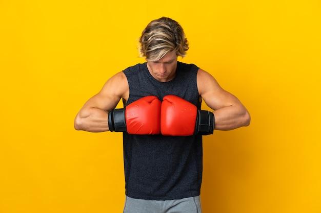 Angielski człowiek na białym tle z rękawic bokserskich