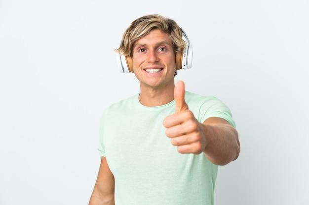 Angielski człowiek na pojedyncze białe ściany słuchania muzyki iz kciukiem do góry