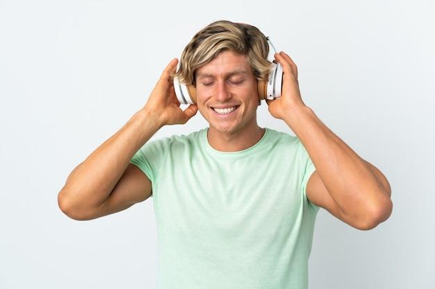 Angielski człowiek na pojedyncze białe ściany słuchania muzyki