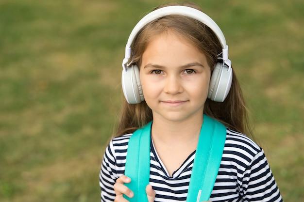Angielski jest przeznaczony do nauki małe dziecko nosi słuchawki szkoła języka angielskiego edukacja językowa