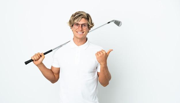 Angielski mężczyzna gra w golfa, wskazując na bok, aby przedstawić produkt