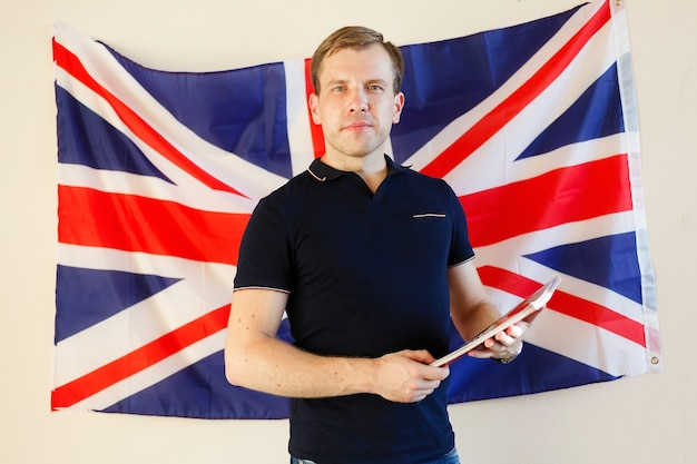 Angielski mężczyzna student z brytyjską flagą w tle angielski, nauka, studia.